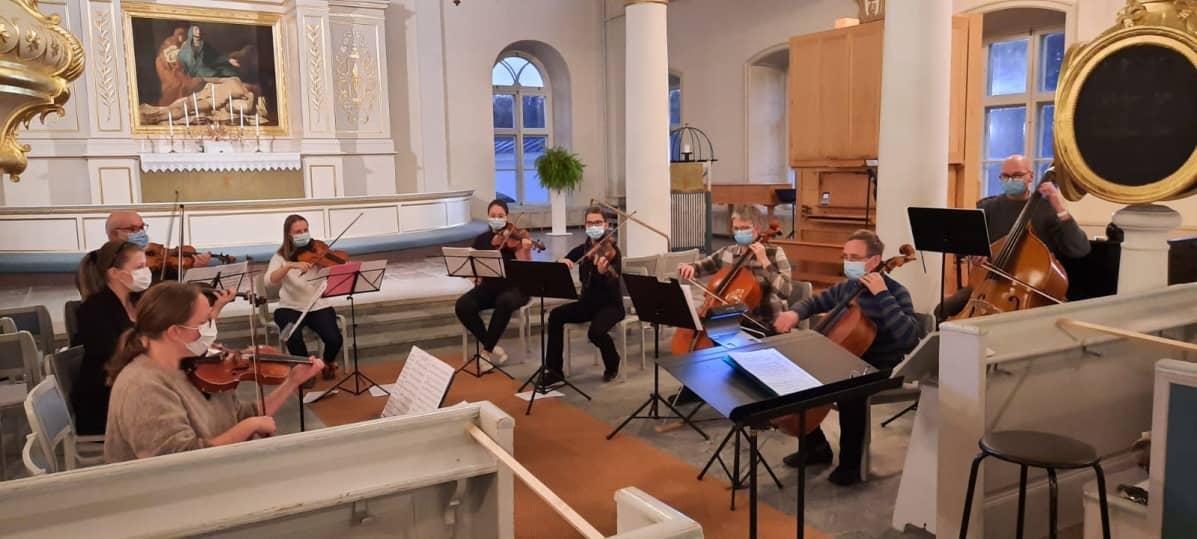 Mustasaaren kamarimusiikkiorkesteri harjoittelee