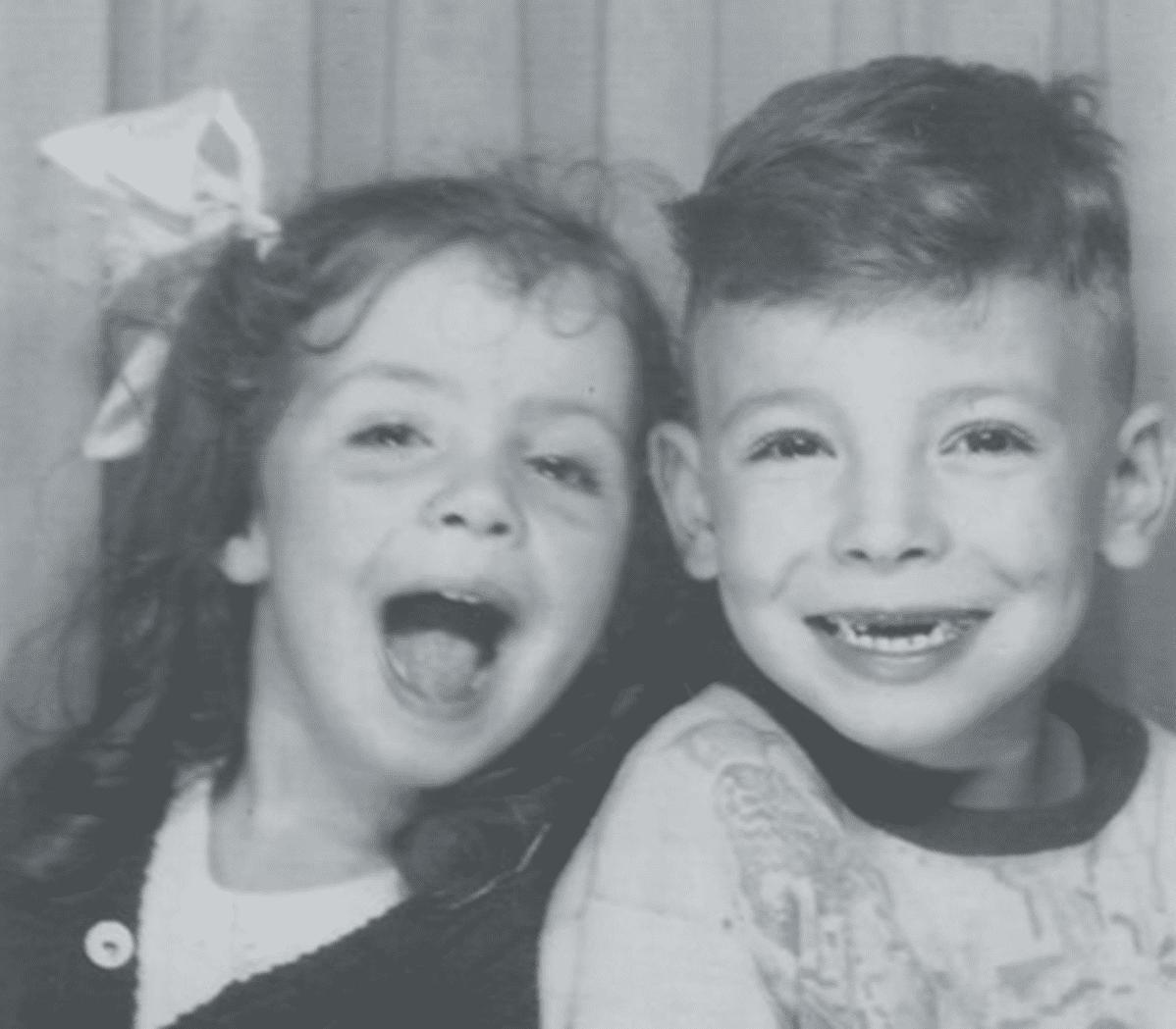 Bruce Springsteen siskonsa kanssa lapsena.