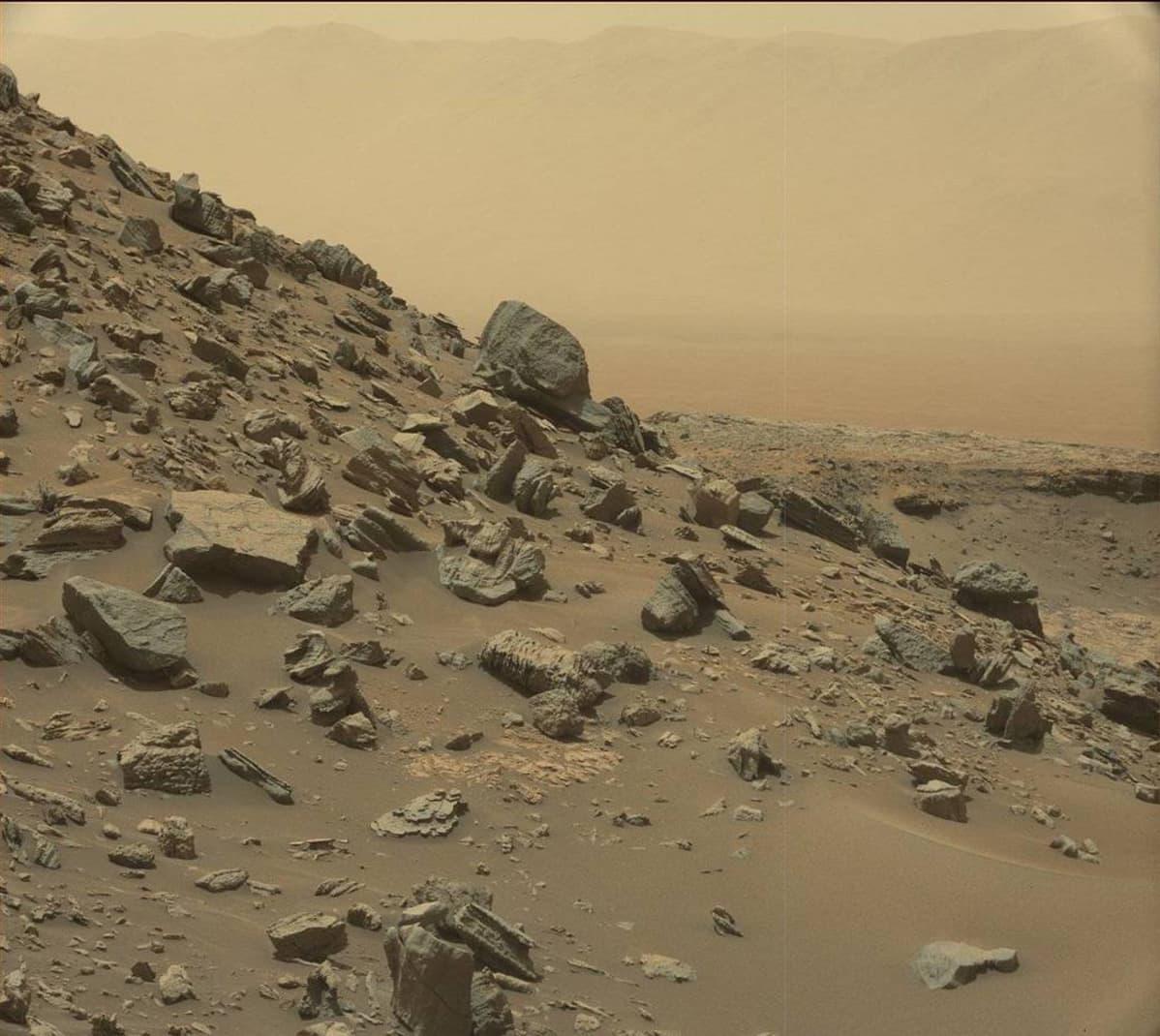 Vuorenrinnettä ja taustalla Gale-kraatteri Sharp-vuoren juurella Marsissa.