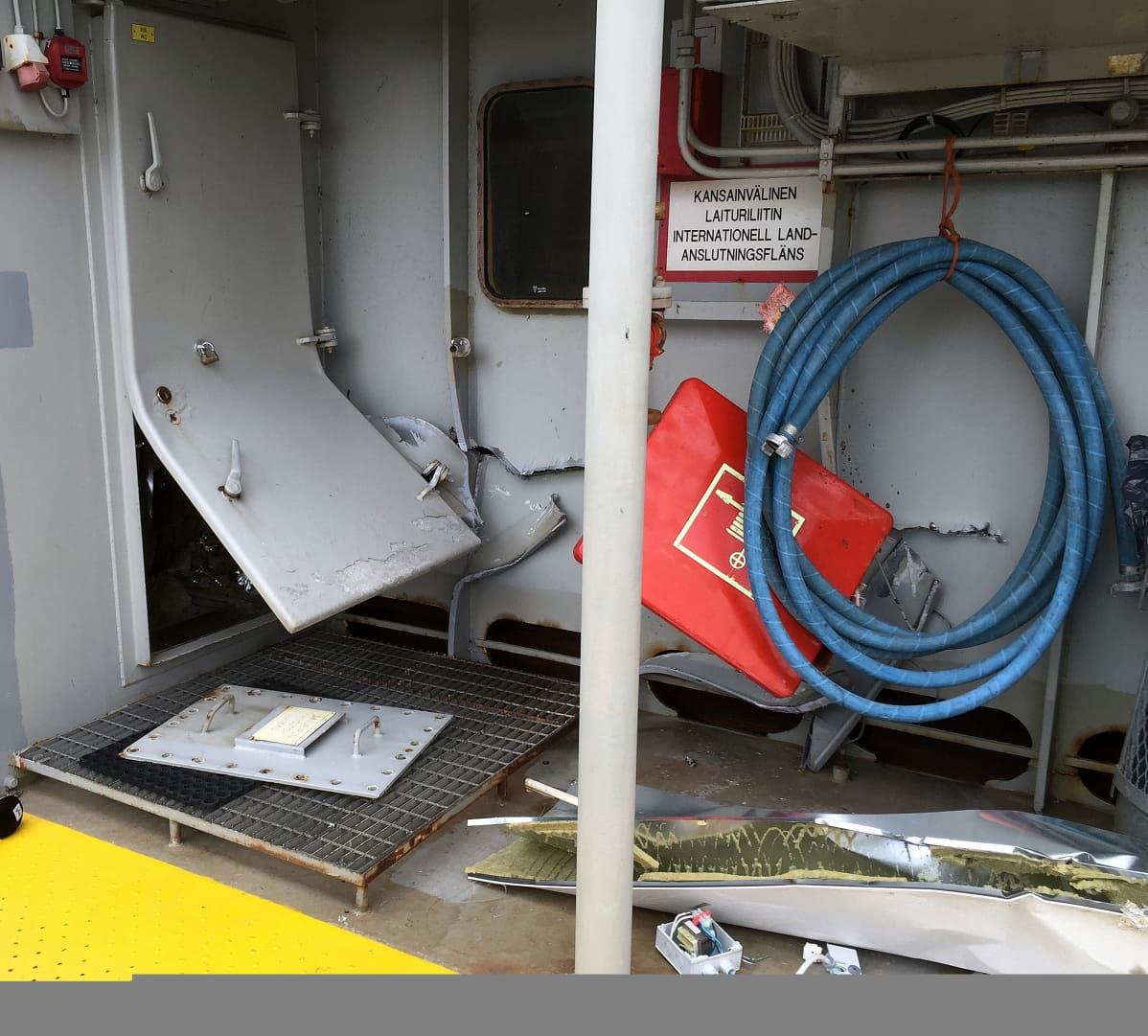 Meriluoto-lautan kylki repeytyi törmäyksessä.