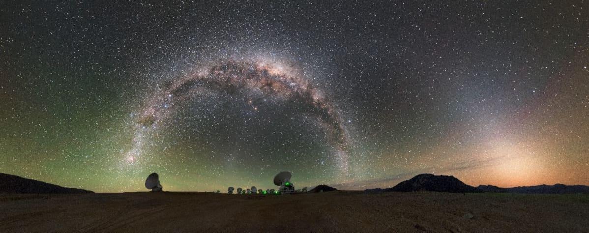 Teleskooppeja tähtitaivaan alla.