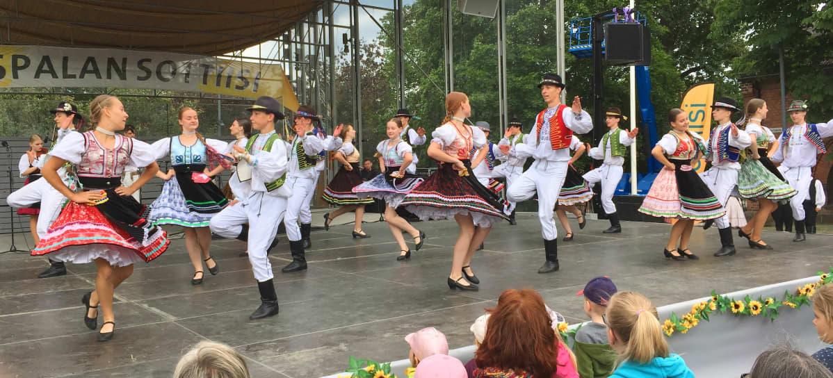Slovakialainen tanssiryhmä Cifroško esiintyy Laikunlavalla Tampereella Pispalan Sottiisissa
