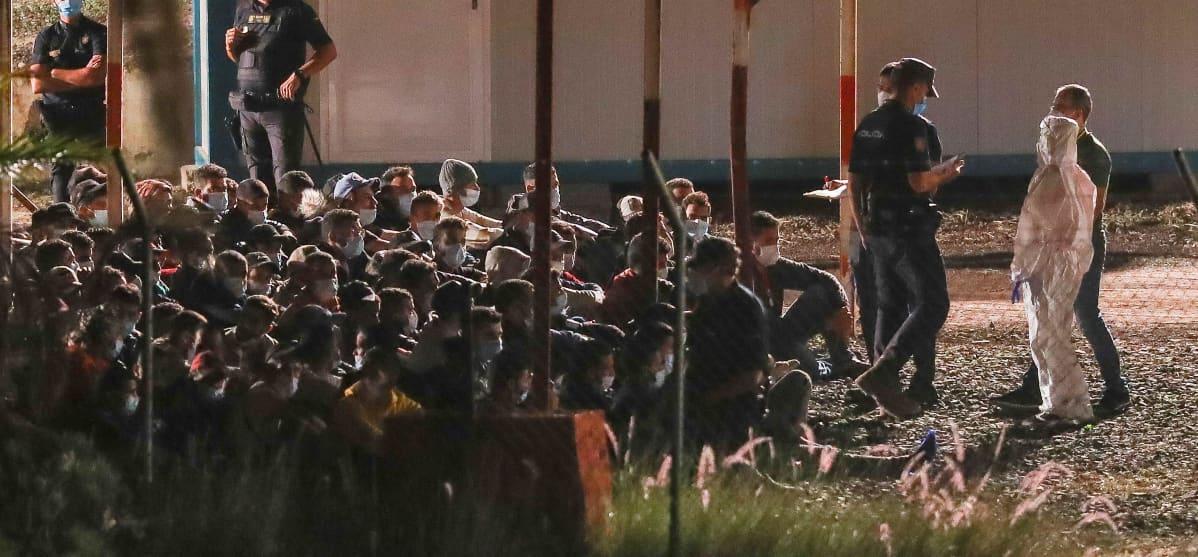 Pakolaisia ja siirtolaisia siirrettiin vastaanottoleiriin Las Palmasin likelle 18. lokakuuta.