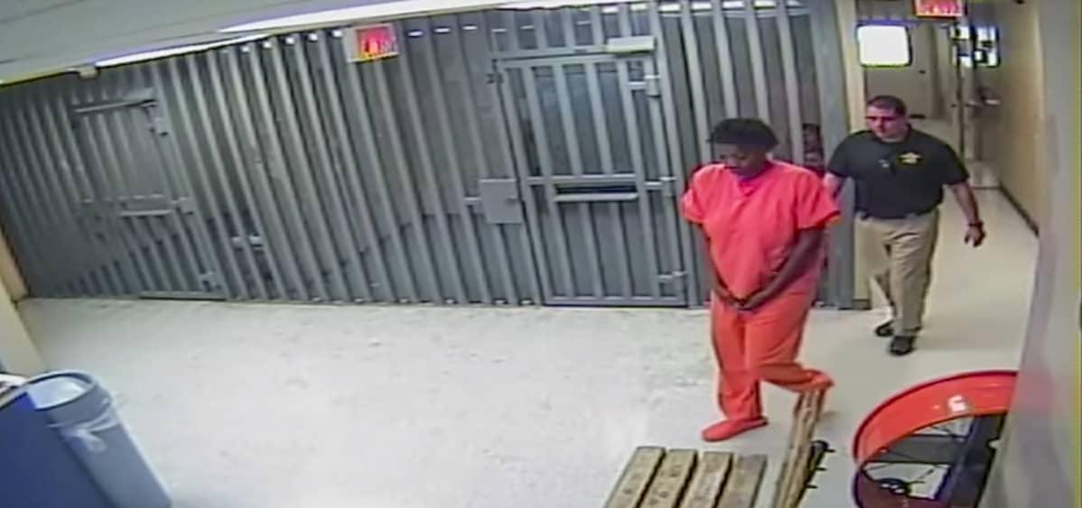 Sandra Bland 29. heinäkuuta vankilassa Teksasissa. Kuva on videolta, jonka poliisivankila julkisti pidätyksen jälkeen.