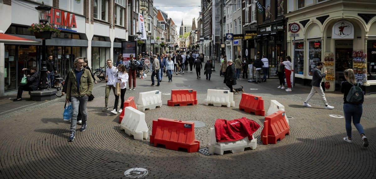 Kävelykatujen risteykseen rakennettu jalankulkijoiden liikenneympyrä Utrechtissa hollannissa.