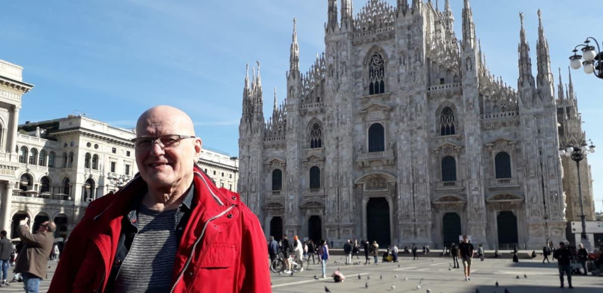 Esko Heino Duomo di Milano -katedraalin edessä Milanossa Italiassa.