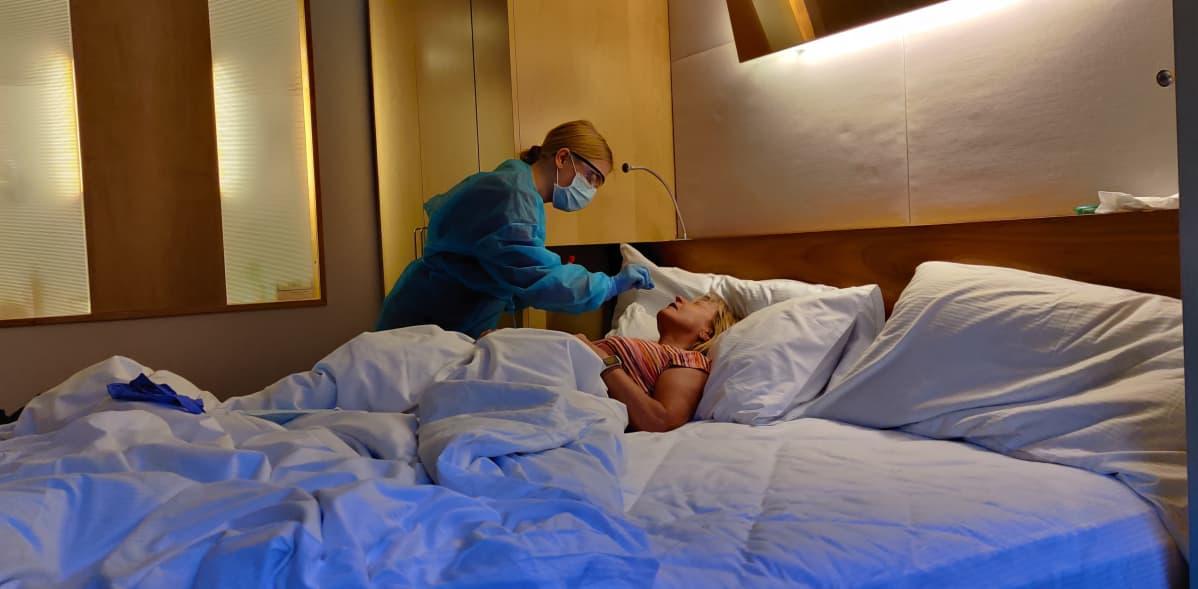 Naiselta otetaan koronavirusnäytettä.