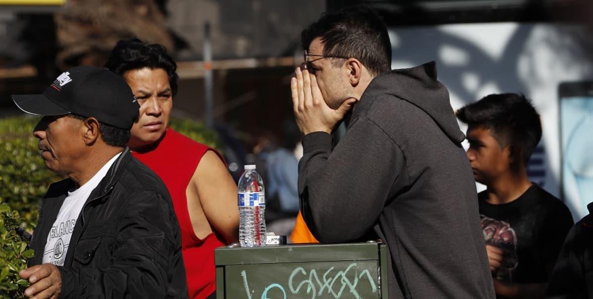 Varastorakennukselle saapui läheisiään etsiviä ihmisiä ja järkyttyneitä naapuruston asukkaita.