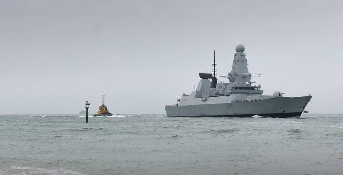 sotalaiva merellä
