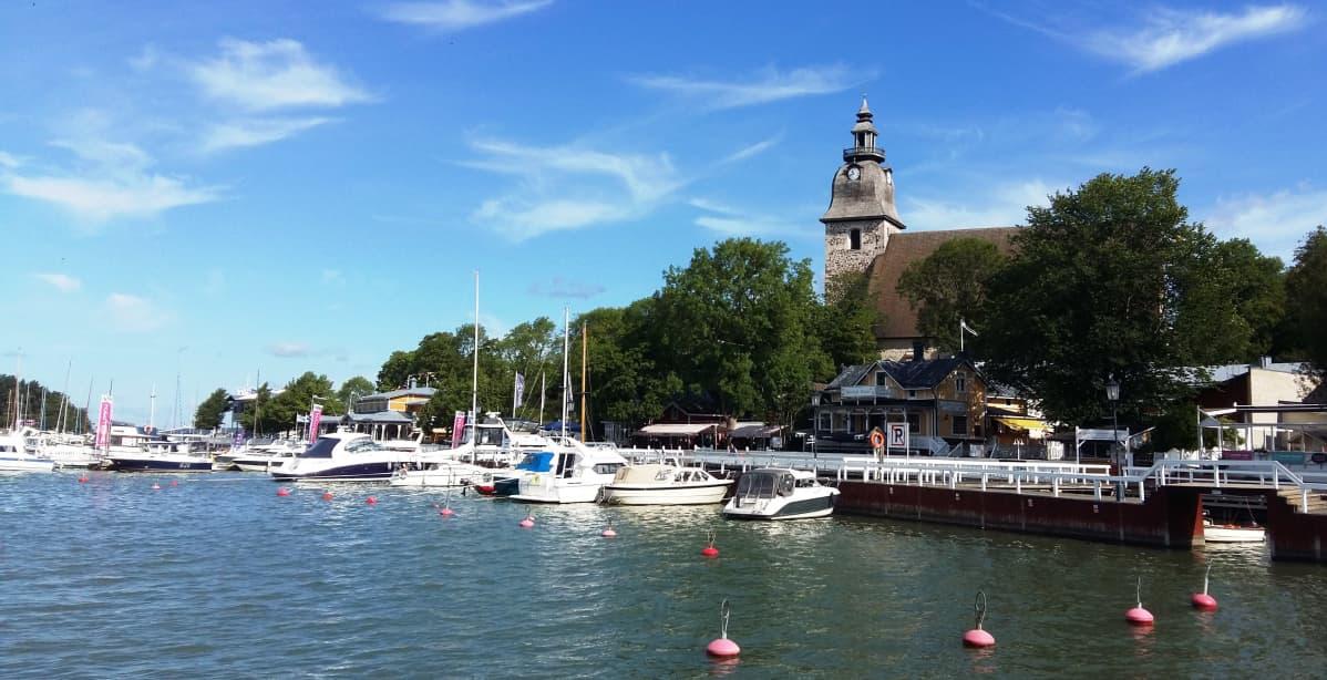 Naantalin pienvenesatamassa veneitä, taustalla näkyy kirkko.