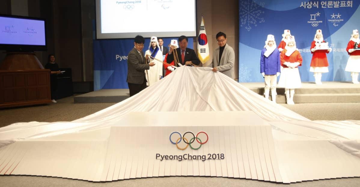 Vuoden 2018 talviolympialaisten mitaliseremonioita esiteltiin Pyeongchangissa 27. joulukuuta 2017. Mitalikorokkeelta poistetaan peitettä.