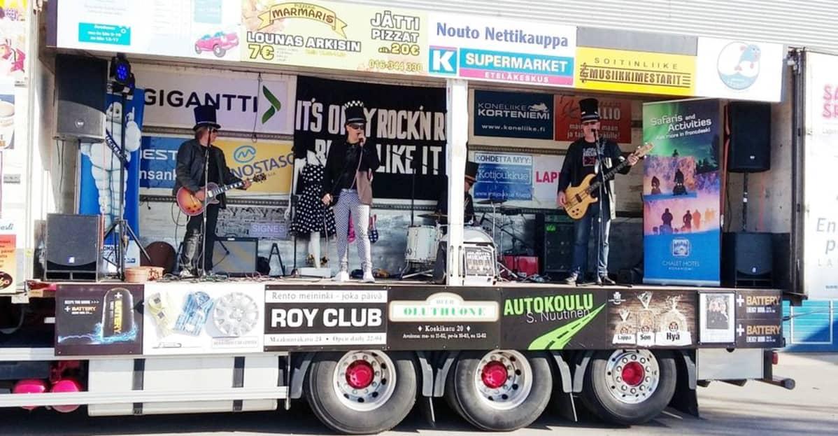 The Järjestysmiehet -yhtye esiintyy Rokkirekan lavalla