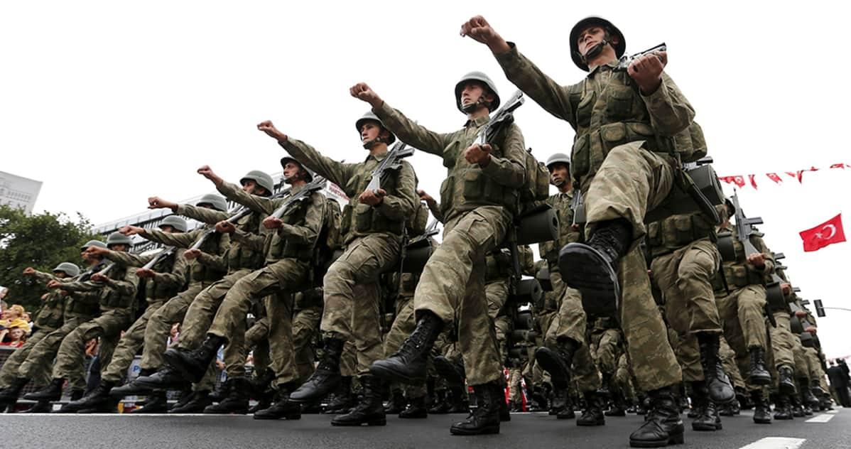 Turkin armeijan sotilaita paraatissa.