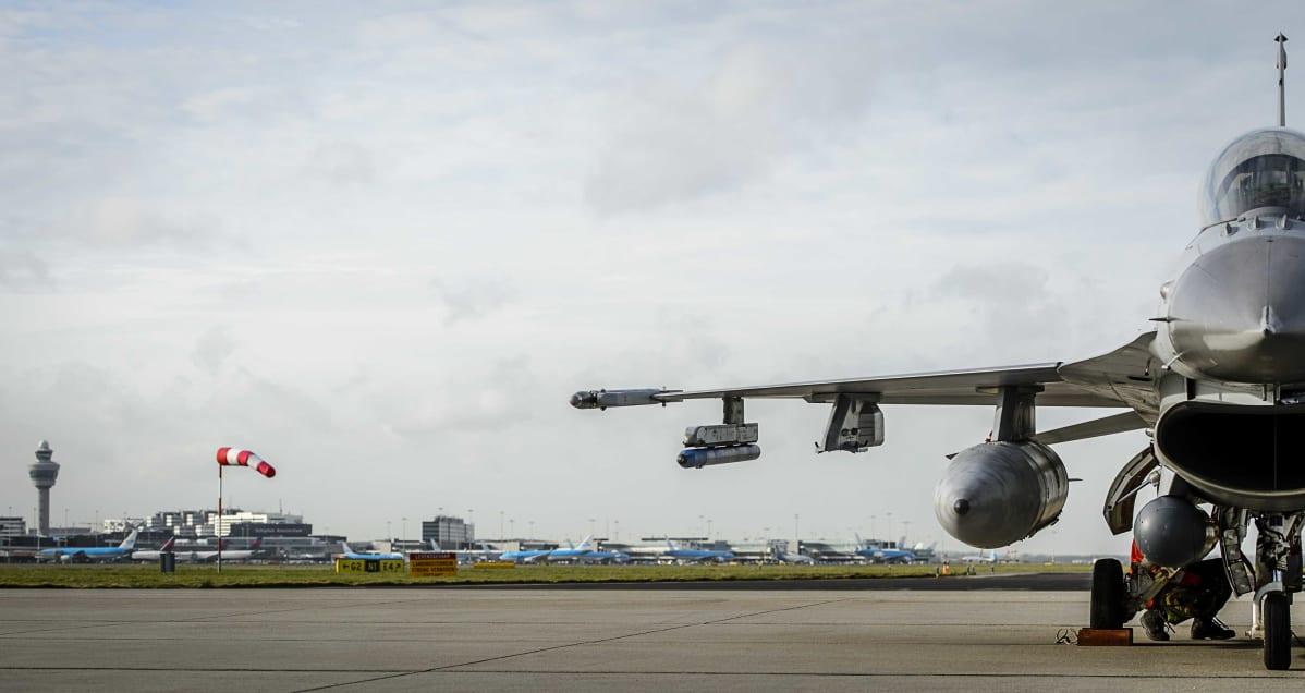 Amsterdamissa sijaitseva Schipholin lentokenttä. Poliisi epäili pommiuhkaa kentällä, ja eristi osan lentokentän alueesta.