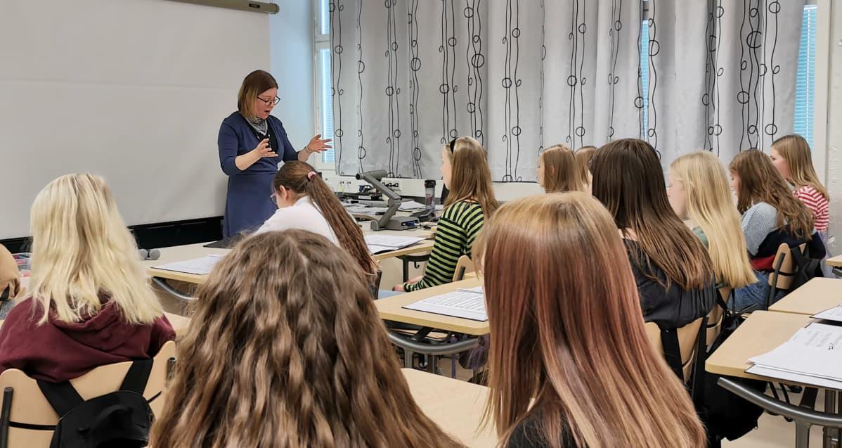 Onkilahden yhtenäiskoulun 7.-luokkalaiset laulavat musiikin lehtori Heidi Kalliokosken johdolla (2019)