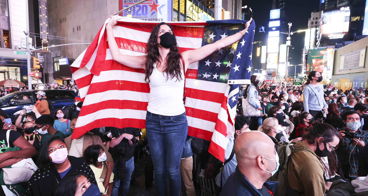 Juhlivia ihmisiä Times Squarella, New Yorkissa.