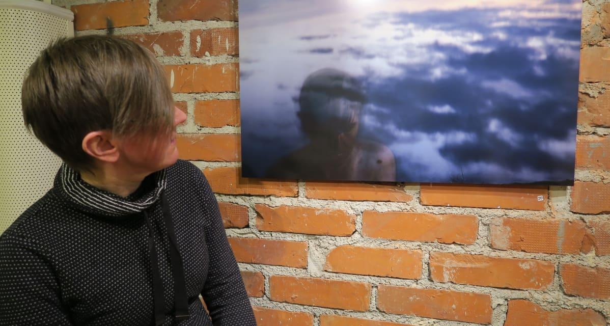 Kurimo kuvaa nyt entistä enemmän vapaa-ajallaan. Tämä omakuva ja muita taidekuvia on helmikuun lopusta lähtien esillä Helsingin Laterna Magicassa.