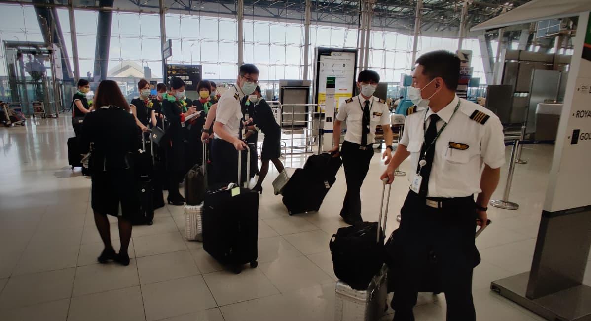 Taiwanilaisen EVA-lentoyhtiön miehistöä Bangkokin lentokentällä koronaviruskriisin aikaan maaliskuussa 2020.