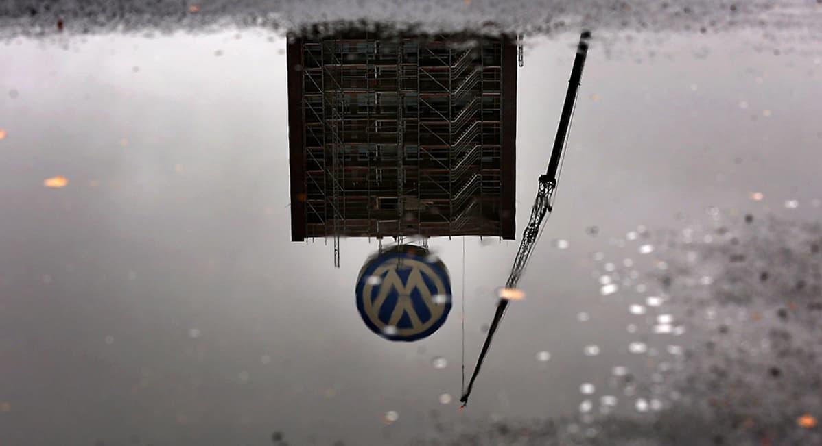 Volkswagenin logo heijastuu lätäkköön kadulla lähellä yhtiön pääkonttoria Saksan Wolfsburgissa 8. lokakuuta.
