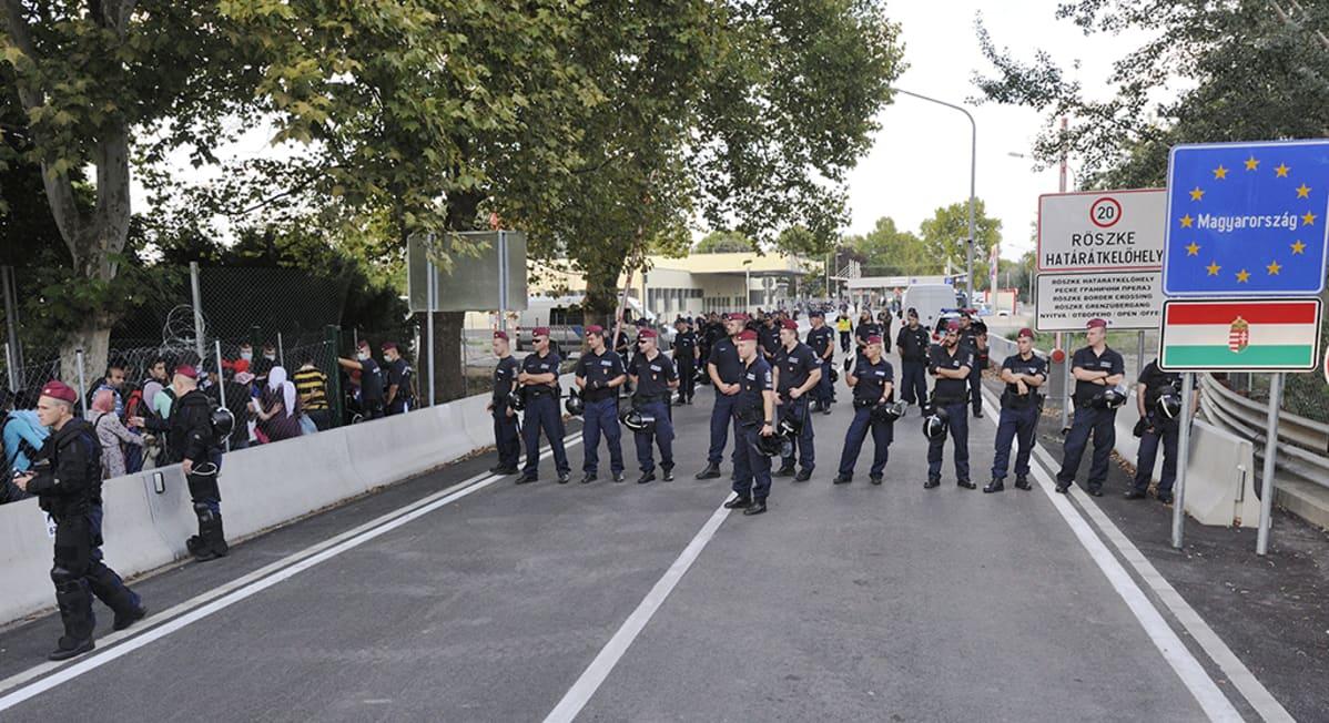 Unkarilaisia poliiseja on vartiossa Serbian vastaisella rajanylityspaikalla