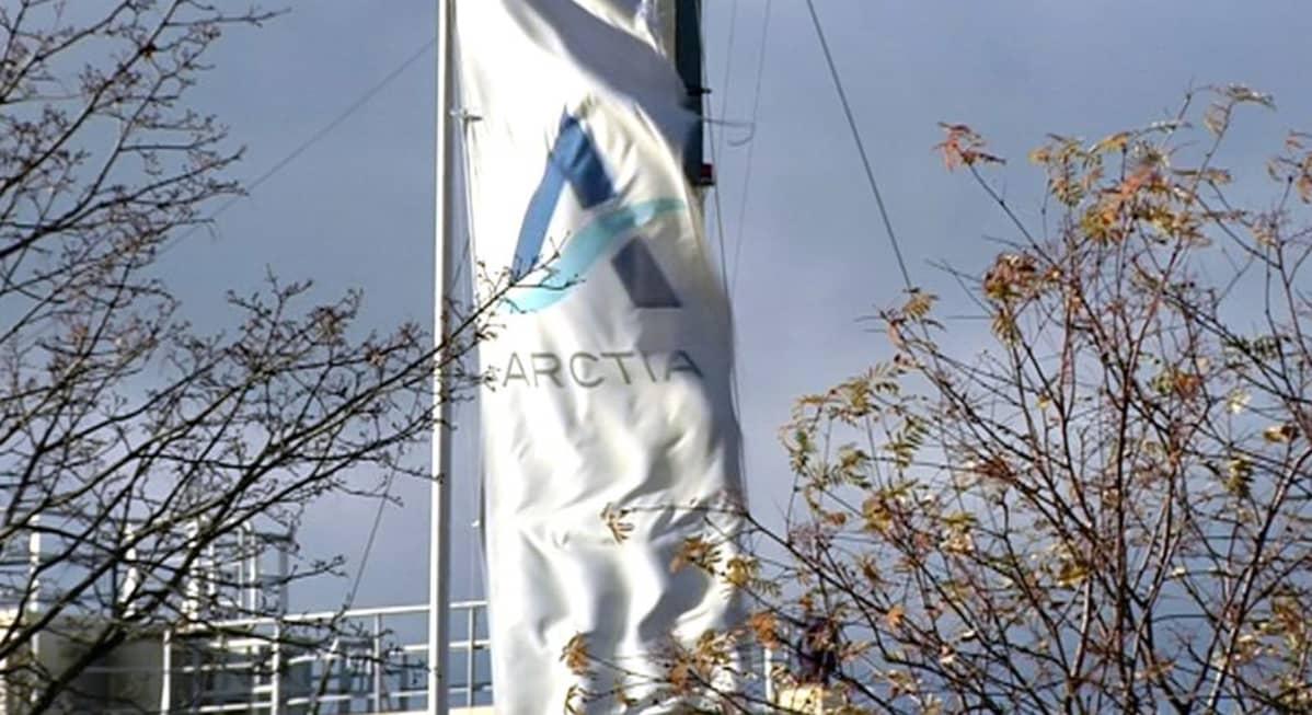 Arctia Shipping yhtiön lippu liehuu.