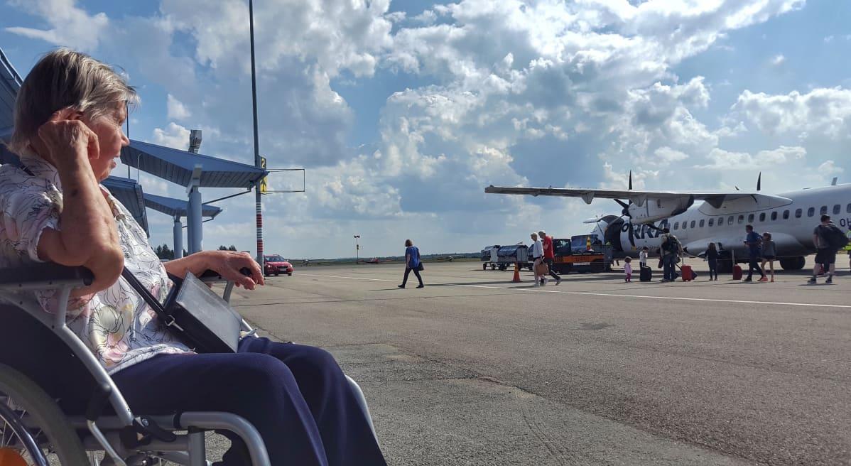 Kuusamolainen Lempi Meskus, 92, ensimmäistä kertaa menossa lentokoneeseen.
