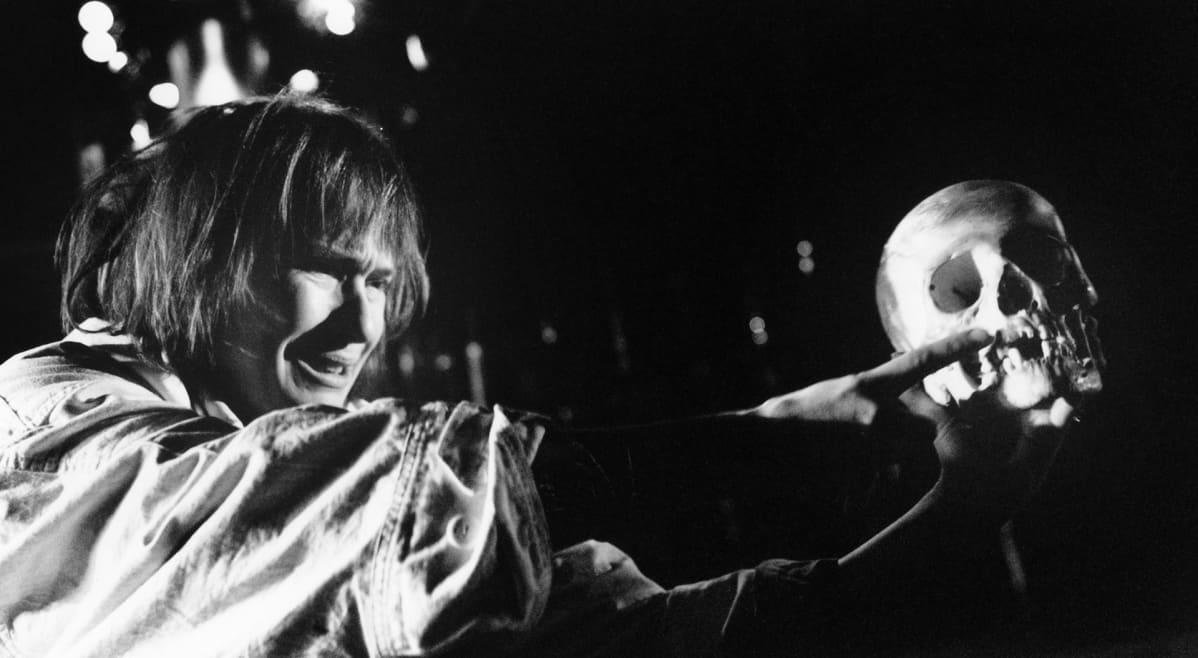 Leea Klemola esittää Hamletia Q-teatterissa vuonna 1995.