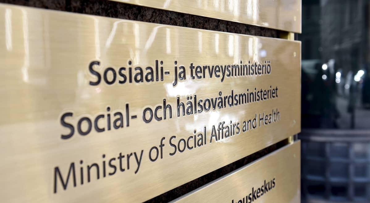Sosiaali- ja terveysministeriön STM:n kyltti.