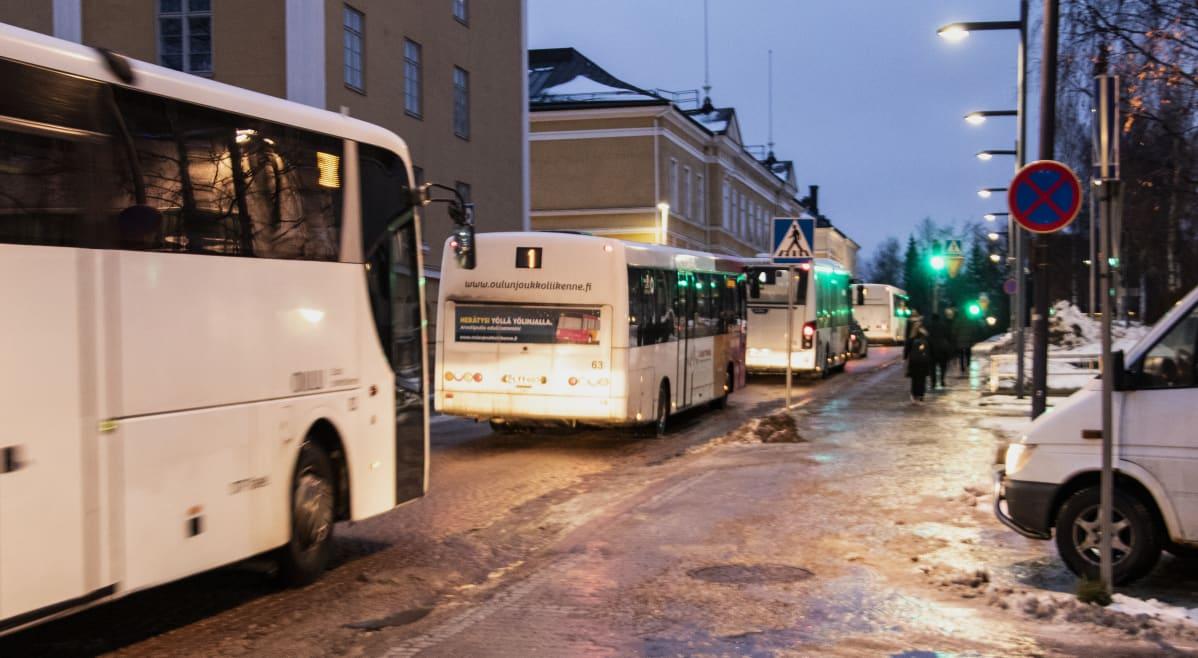 Bussiliikenne ruuhkautui Oulussa, 19.11.2019, kun yksi bussi juuttui liukkaassa kelissä Torikadun mäkeen Pokkitörmällä.
