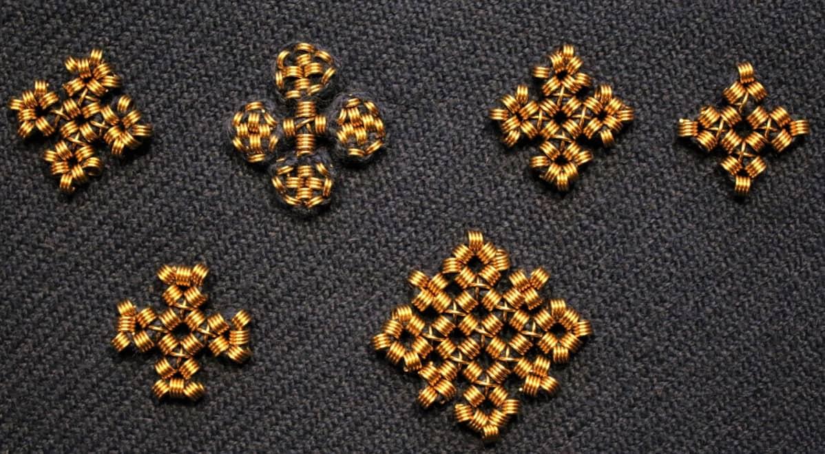 Kuusi pronssilangasta tehtyä spiraalikoristetta.