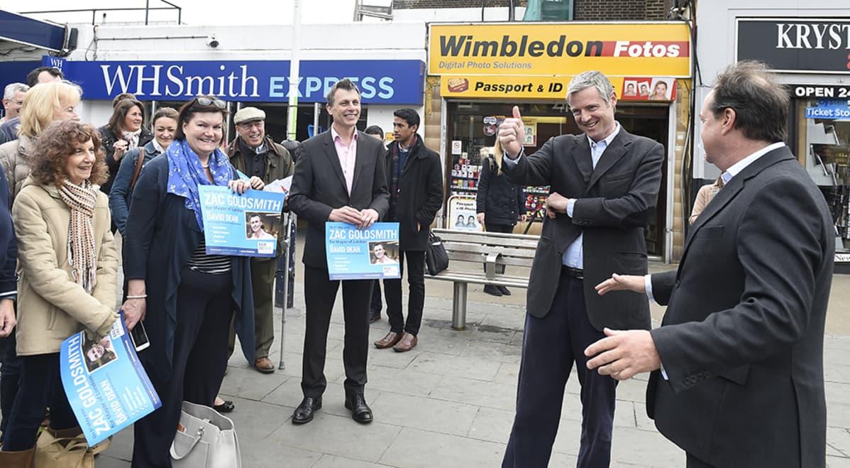 Zac Goldsmith kampanjoimassa Lontoossa maanantaina.