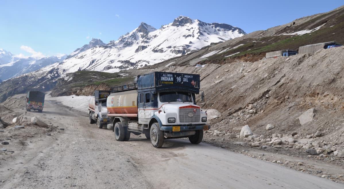 Rekkaliikennettä Manalin lähellä Himalajan vuoristossa.