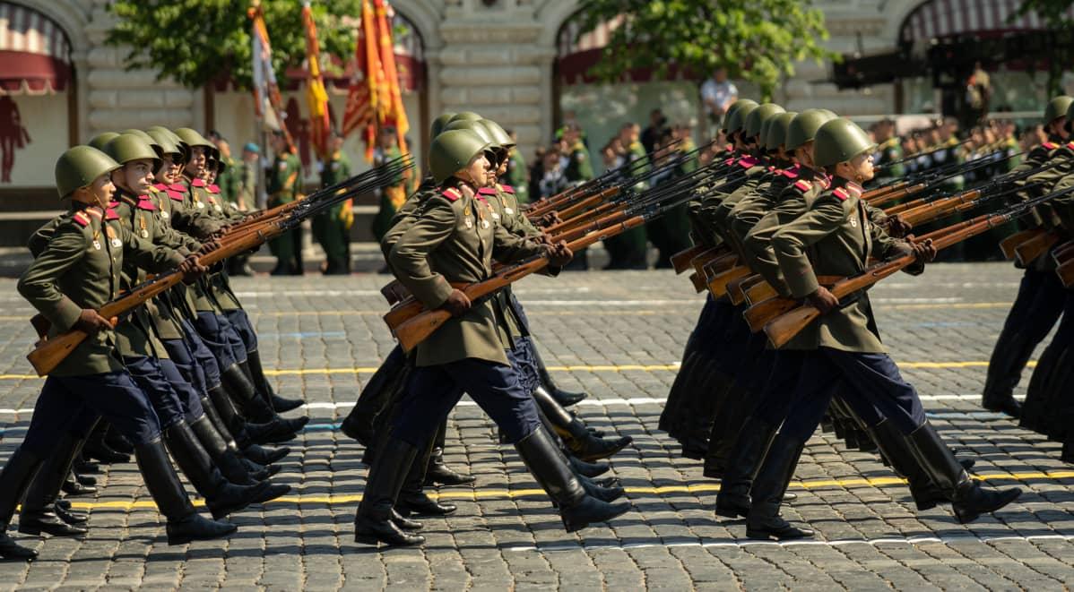 Sotilaita marssii paraatissa.