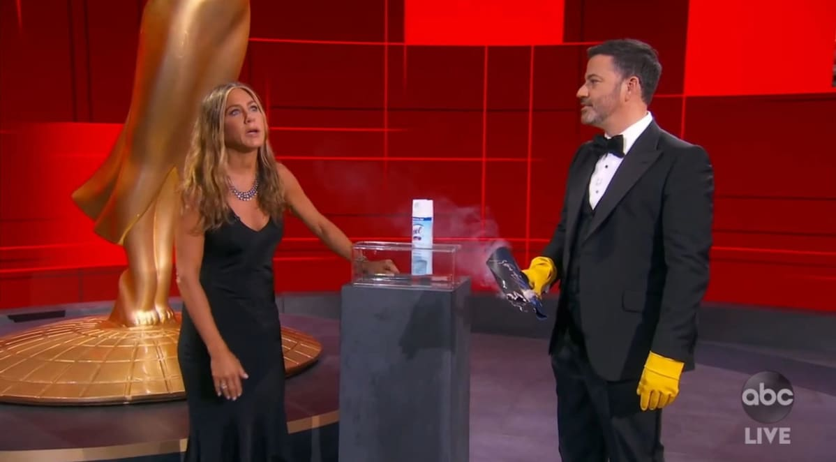 Jimmy Kimmel ja Jennifer Aniston Emmy-gaalassa.