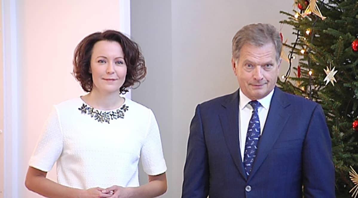 Jenni Haukio ja Sauli Niinistö vastaanottamassa joulutervehdyksiä vuonna 2014.