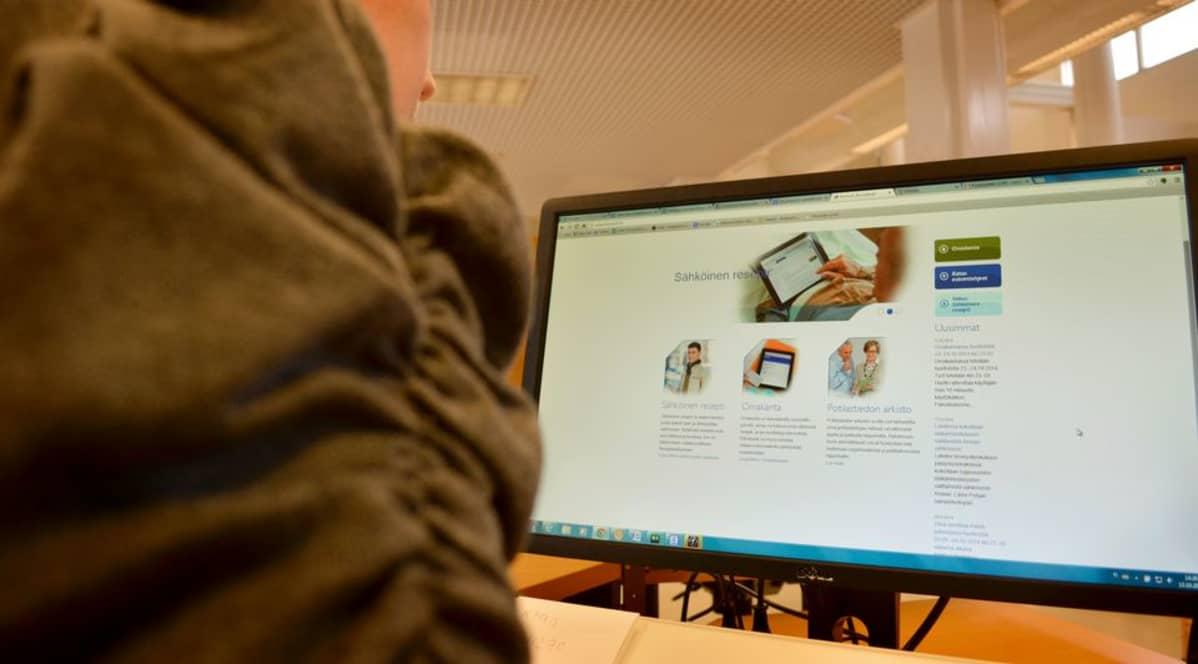 Nainen selailee tietokoneella sähköisestä reseptistä kertovaa sivua.