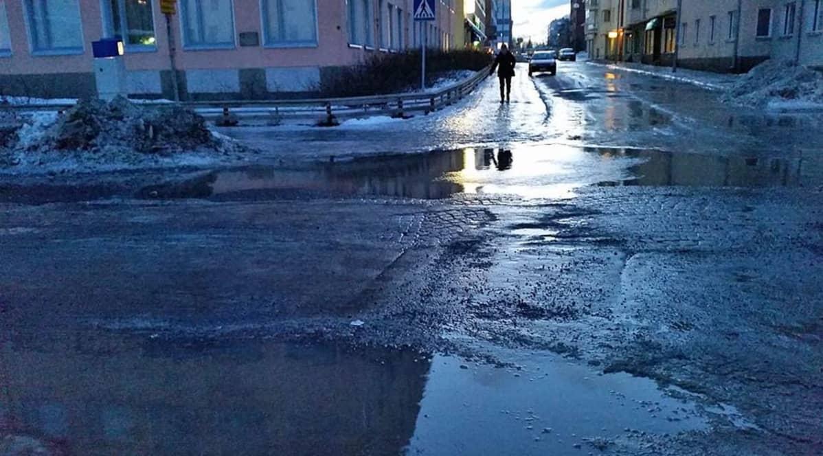 Lumien sulaminen kasteli Oulun kadut tammikuussa 2015.