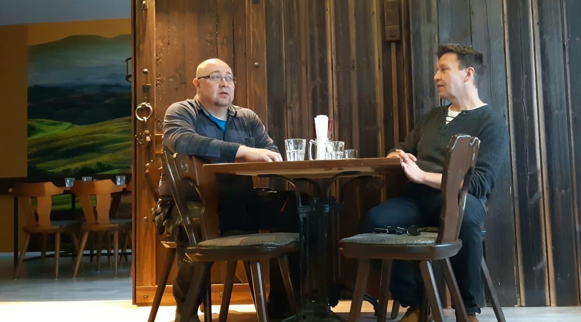 Bar Domin yrittäjät Kai Turpeinen ja Juha Parkkinen istuvat pöydän ääressä tyytyväisinä Vuoden Mikkeliläinen 2019 -tunnustuksesta.