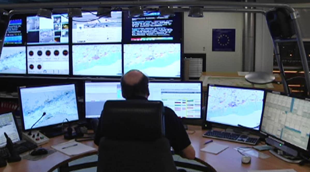 Meteorologi tarkkaili myrskyn kulkua tietokoneilta 4. joulukuuta.