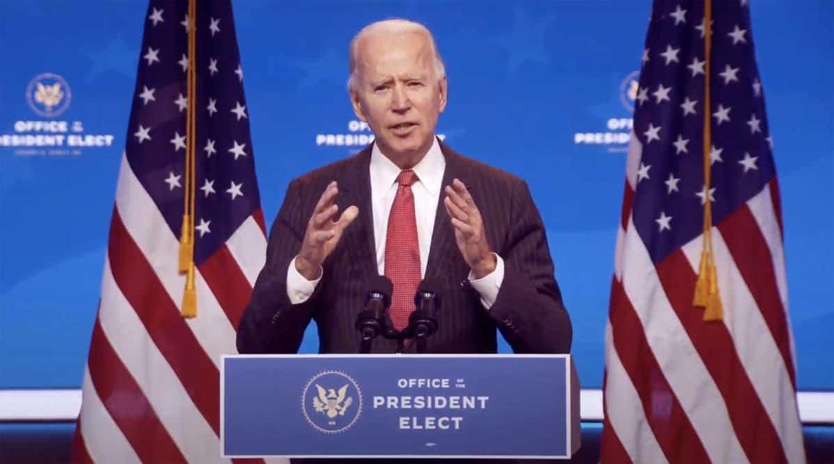 Joe Biden puhuu. Puhujapöntössä lukee englanniksi Office President elect