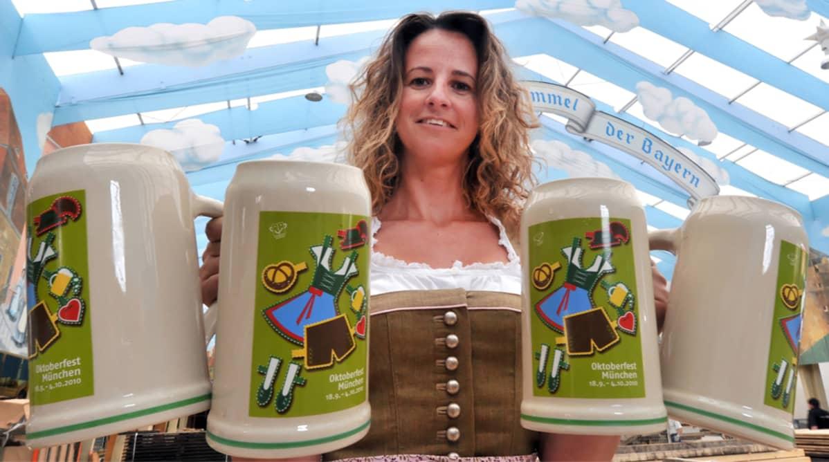 Tarjoilijaneiti Octoberfest-olutfestivaaleilla Münchenissä.