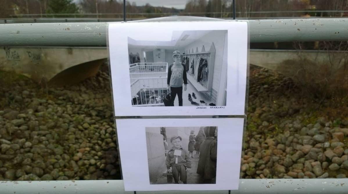 Valokuvanäyttelyn pystytystä Vaskurin sillalla