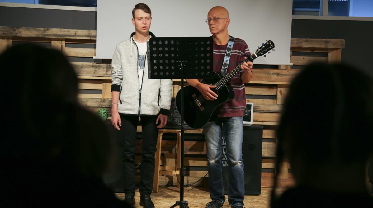 Marko Lahtonen laulaa ja Kari Rantanen säestää kitaralla