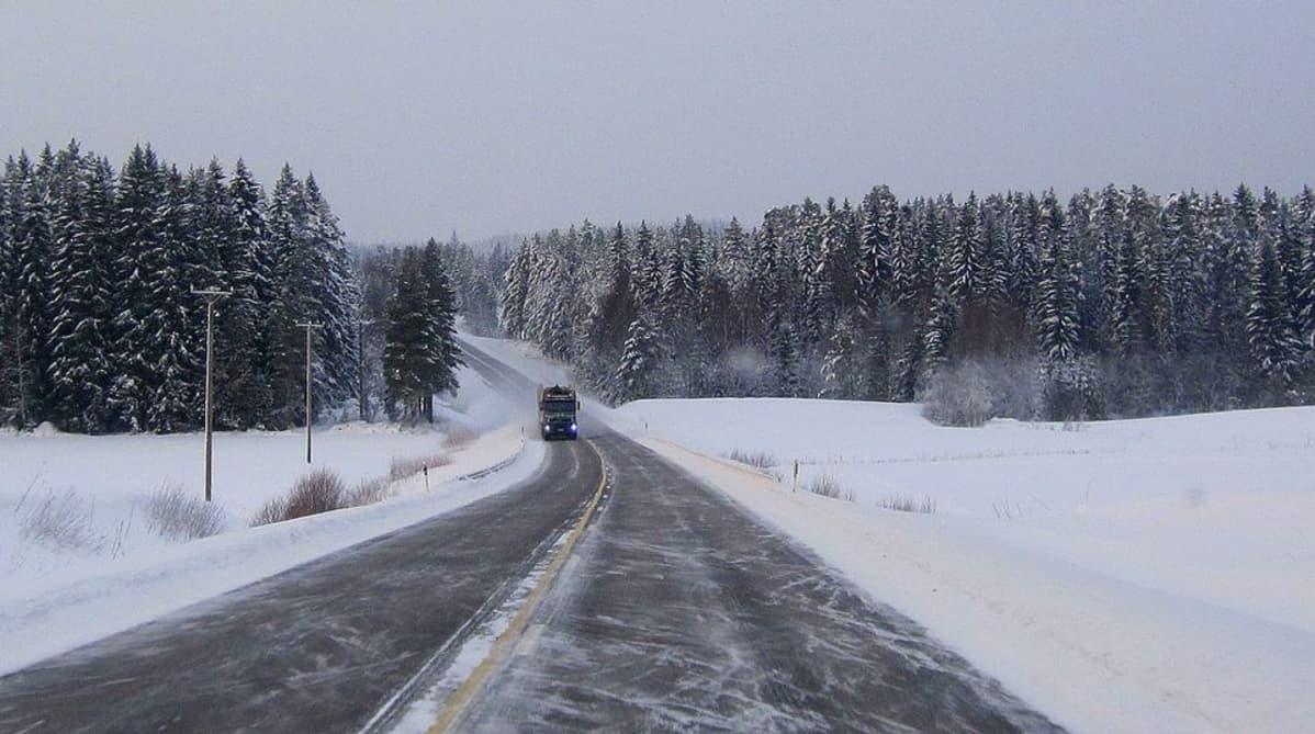Rekka ajaa talvisella maantiellä