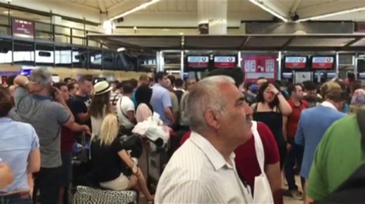 Istanbulin Atatürkin lentokenttä avattiin jälleen lauantaina vallankaappausyrityksen jälkeen.