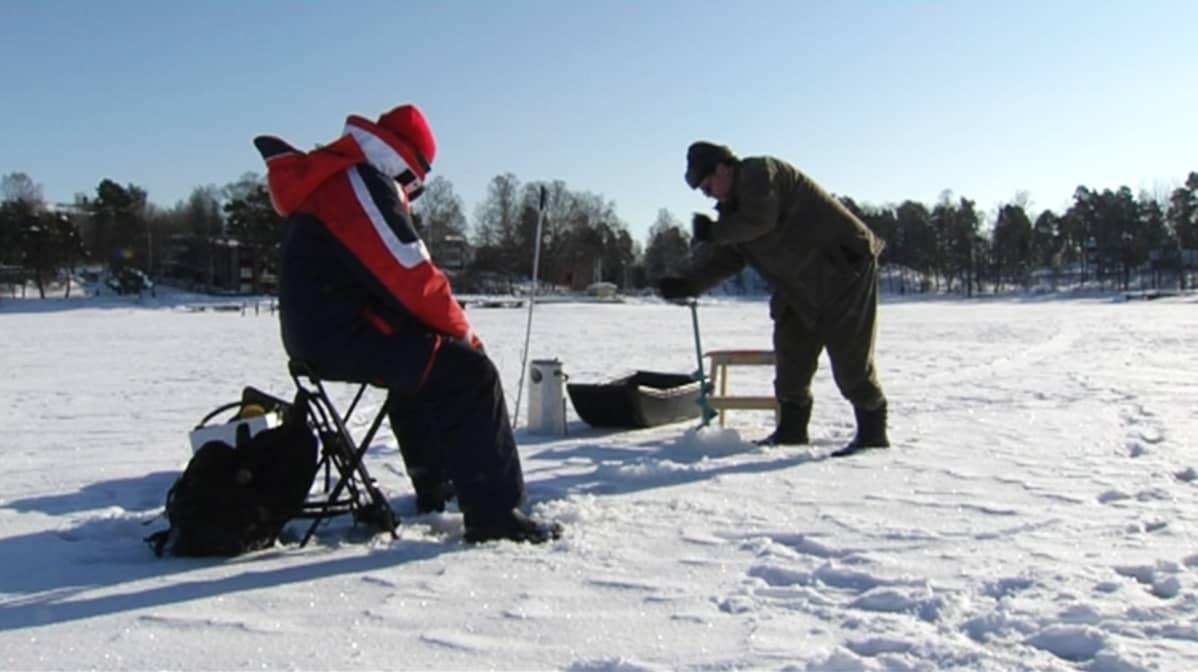 Vesa Karsikas (vas.) ja Markku Myllylä pilkillä 24. helmikuuta.