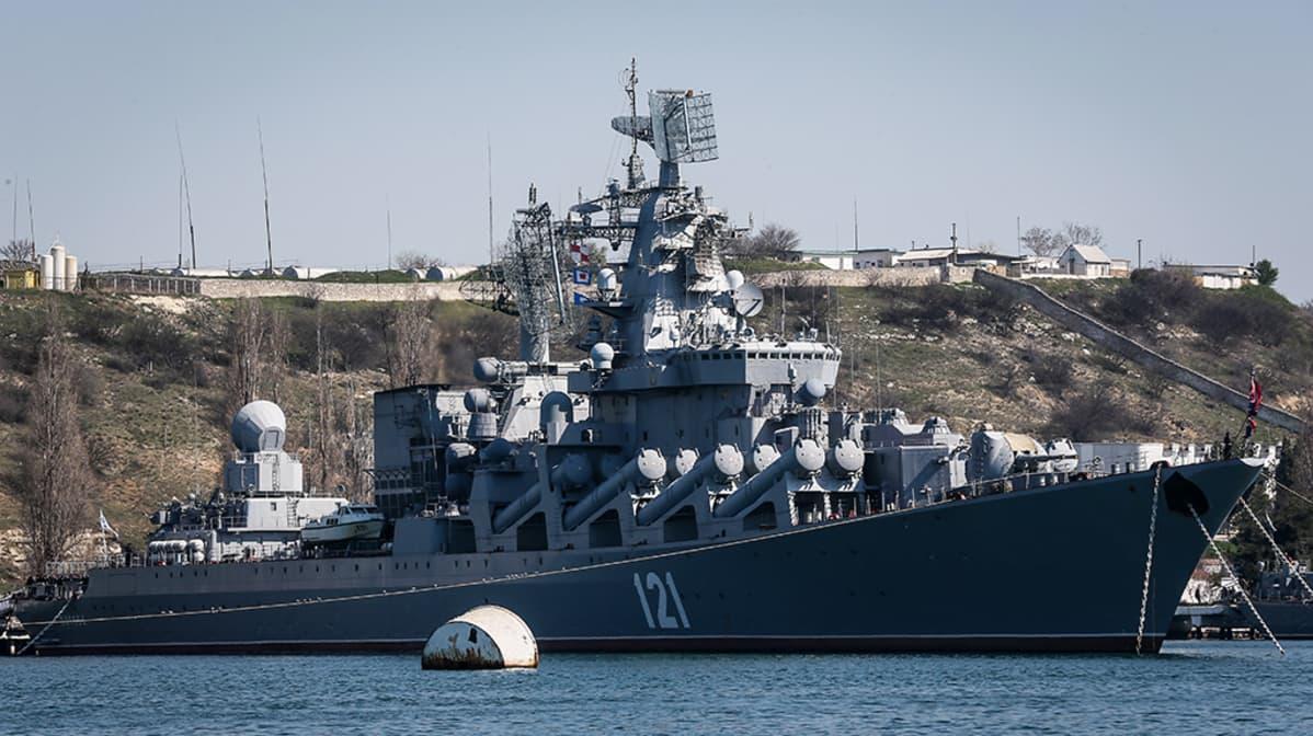 Venäjän laivaston lippulaiva, ohjusristeilijä Moskva ankkuroituna Sevastopolissa 30. maaliskuuta 2014.