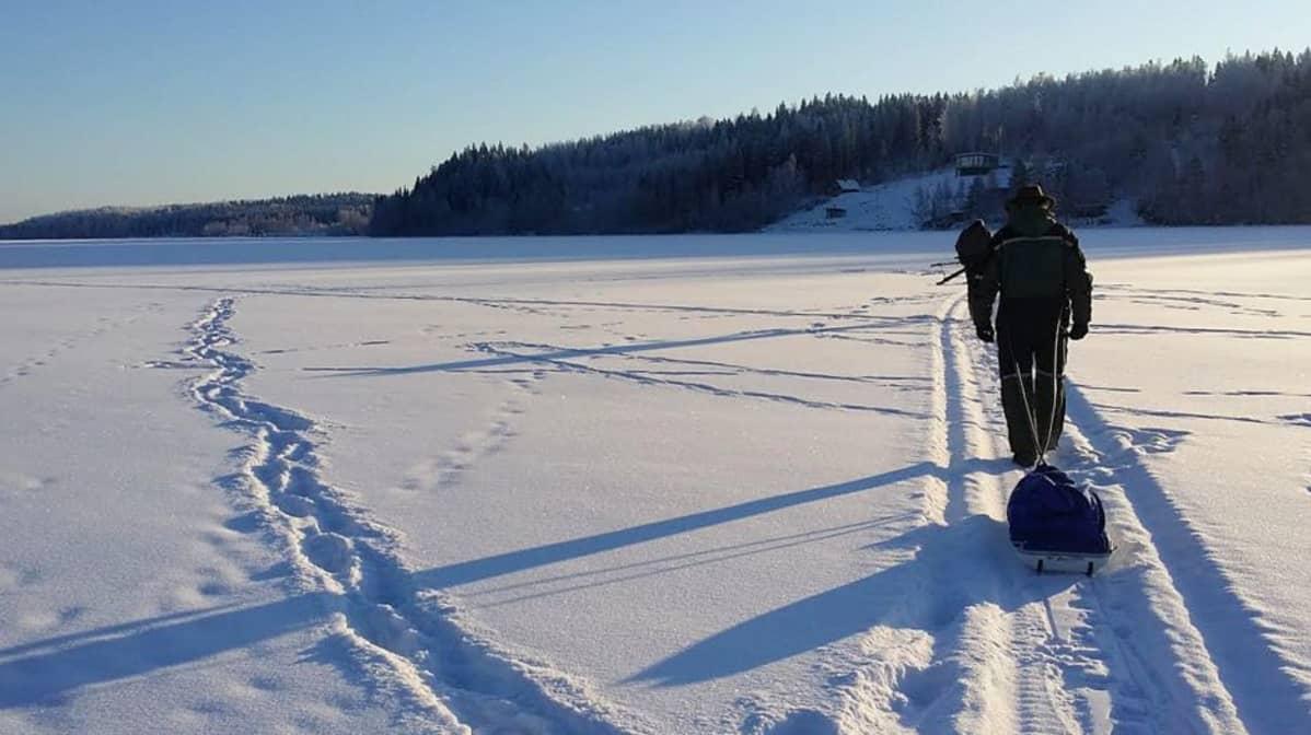 Miehiä Pääjärven jäällä