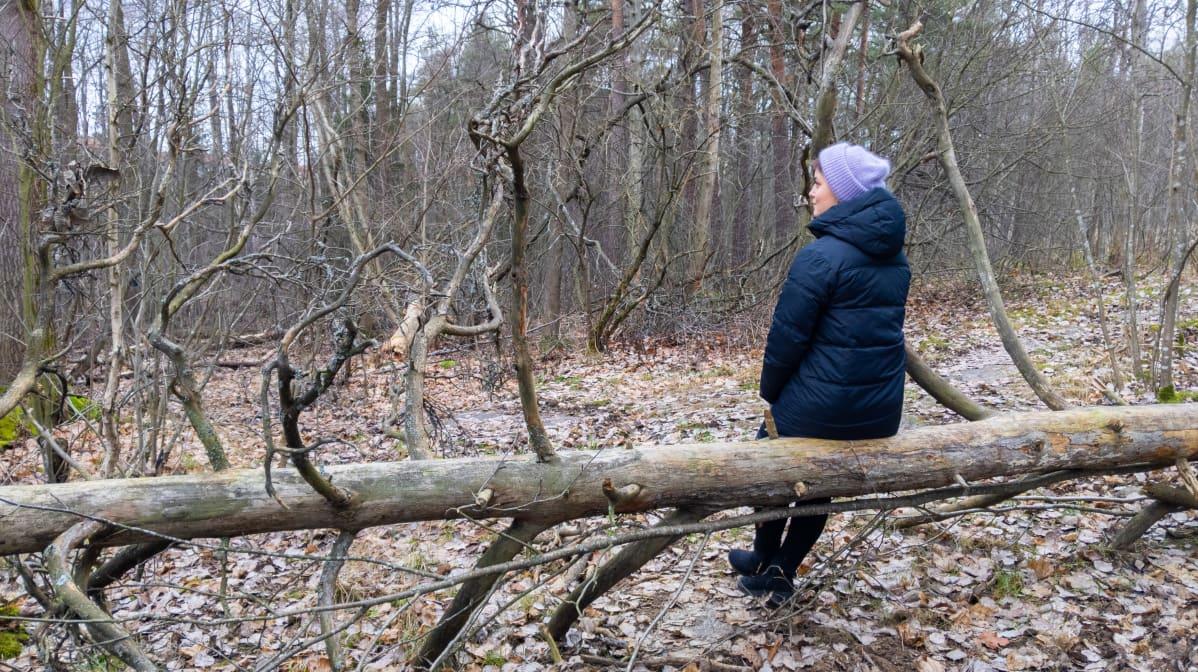 Raakel Pirinen rentoutuu luonnossa.