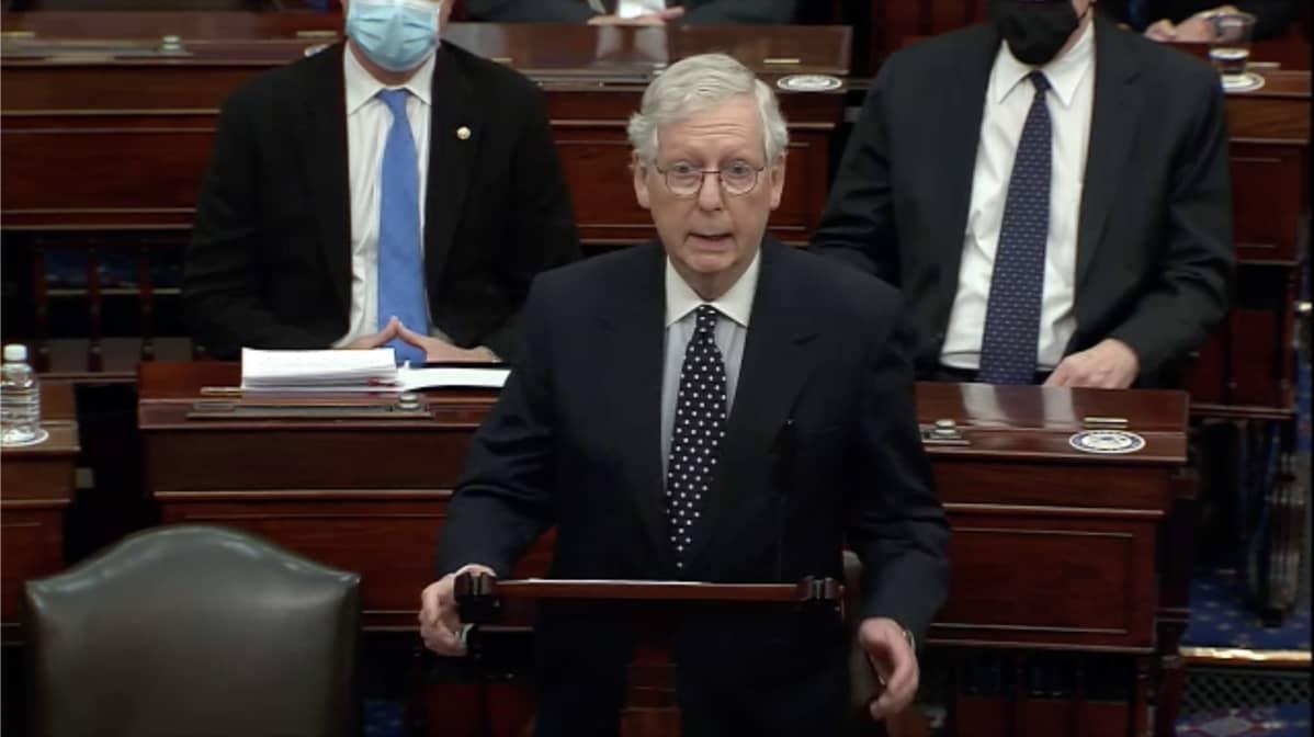 senaatin republikaanijohtaja Mitch McConnell puhuu senaatissa valtauksen jälkeen.